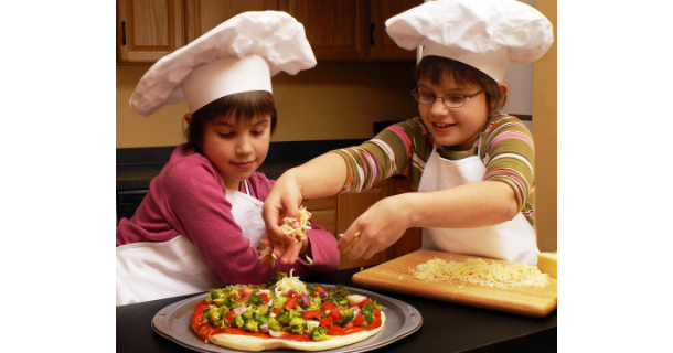 Kids making pizza